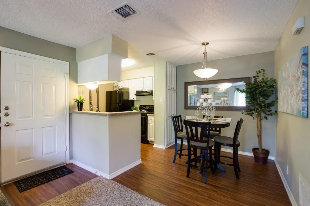 Dining at Listing #140942