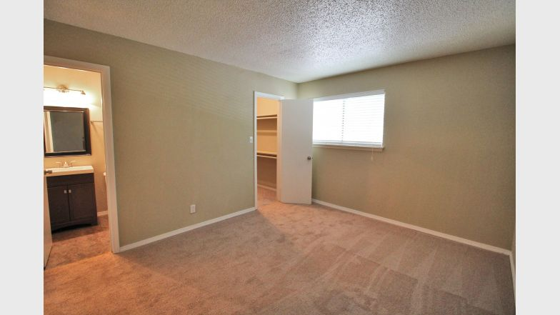 Bedroom at Listing #141120