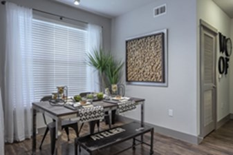 Dining at Listing #286334