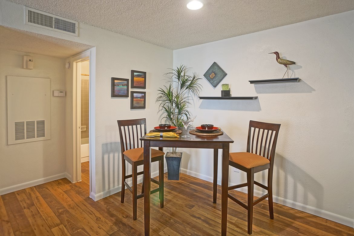 Dining at Listing #141298