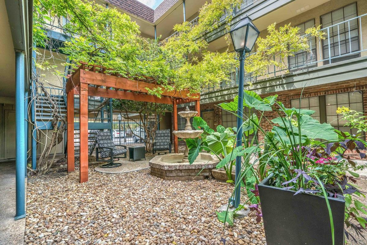 Courtyard at Listing #140925