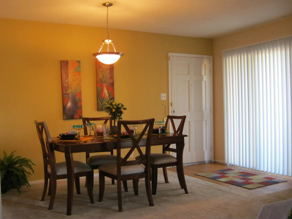 Dining at Listing #139907
