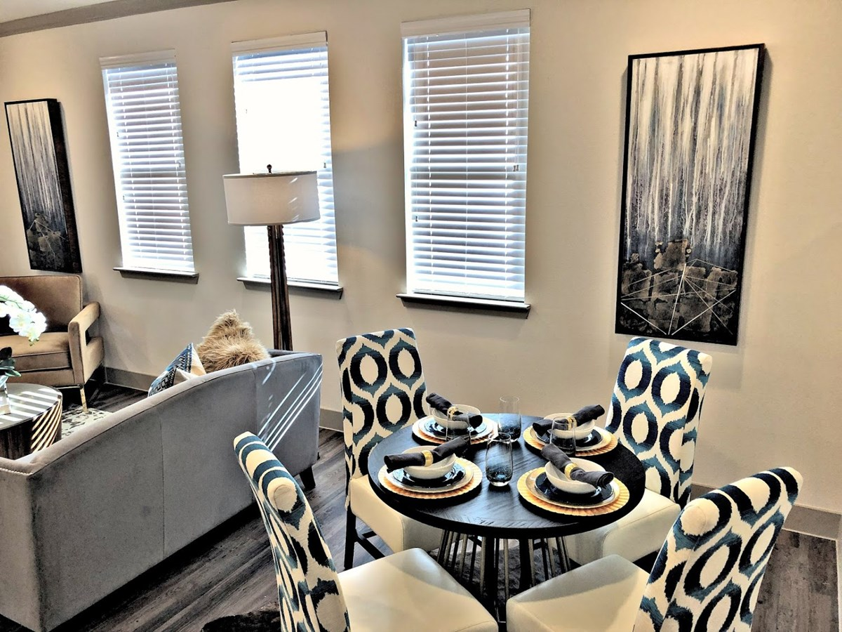 Dining at Listing #292725
