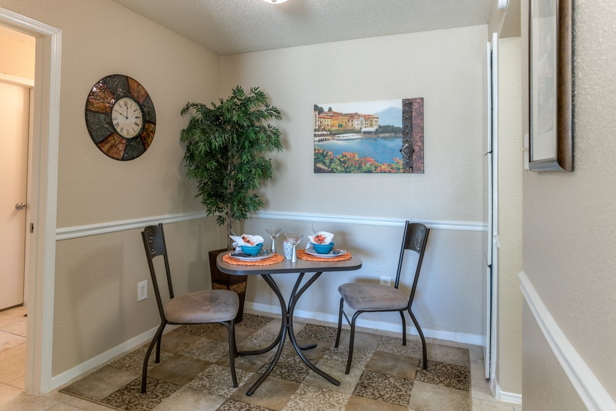 Dining at Listing #139576