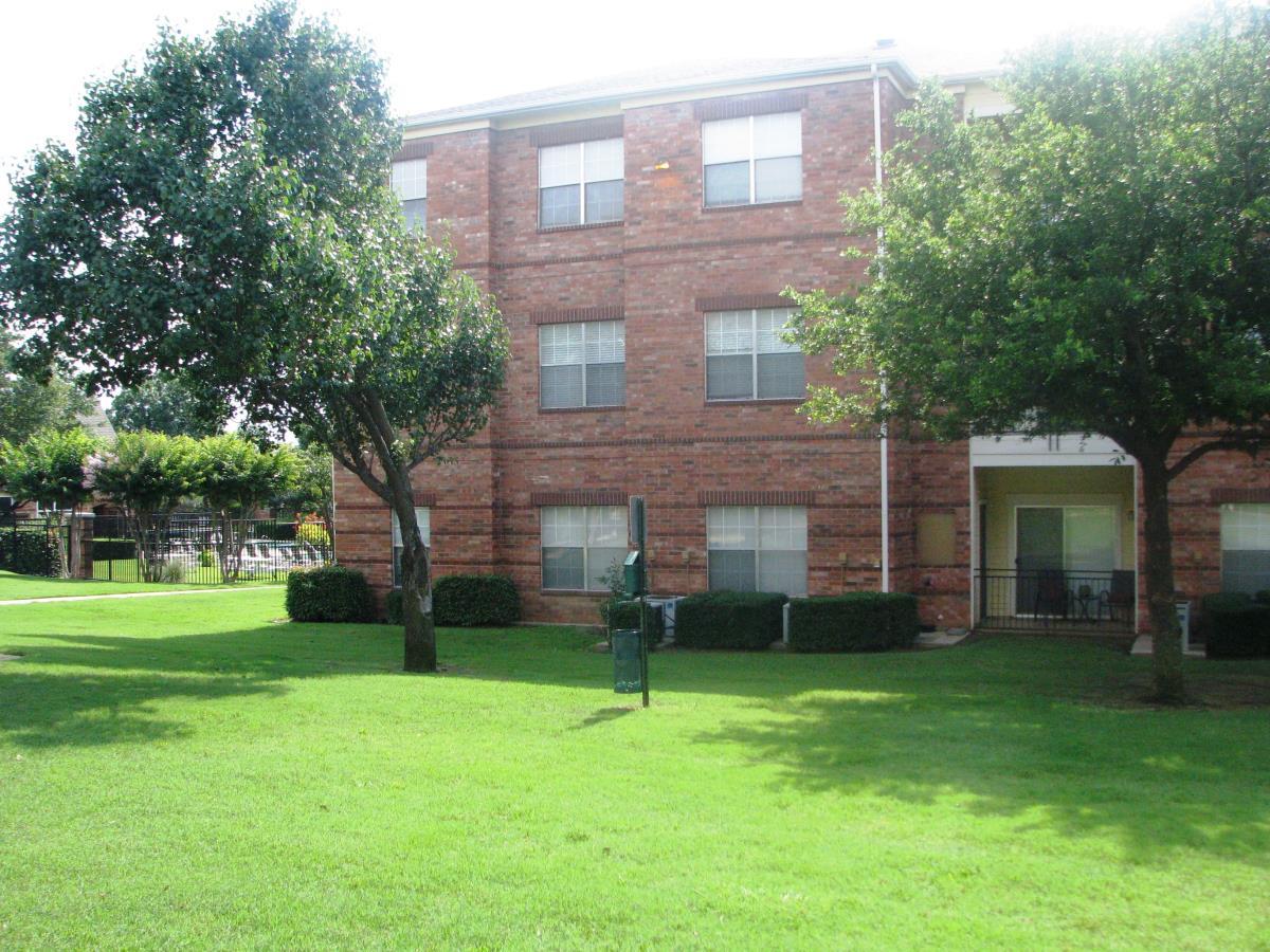 Seasons at Green Oaks Apartments