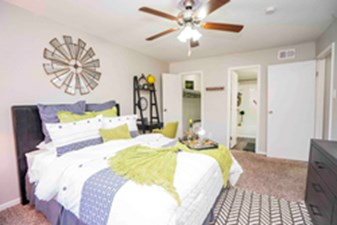 Bedroom at Listing #139552