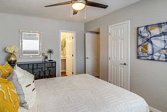 Bedroom at Listing #139800
