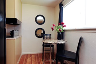 Dining at Listing #215043