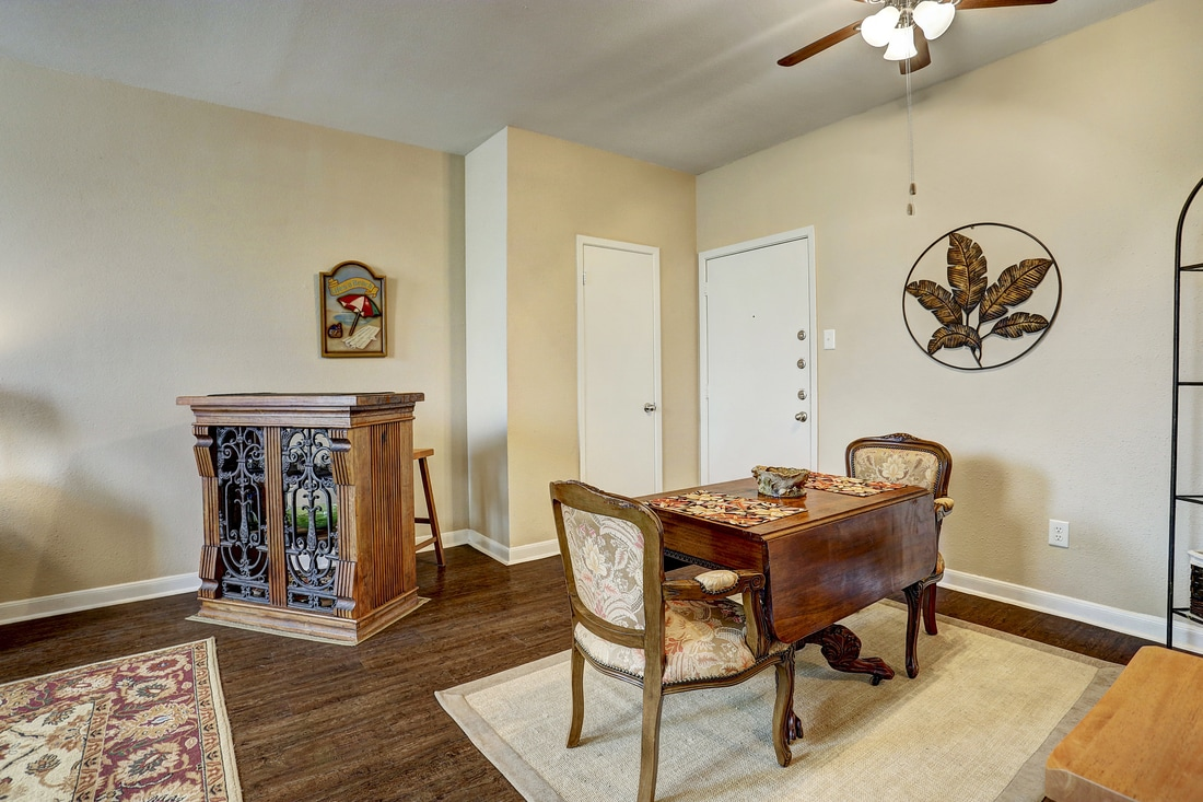 Dining at Listing #214223