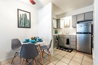 Dining at Listing #140375