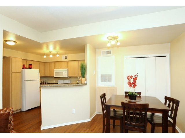 Dining at Listing #140654