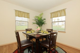 Dining at Listing #253982