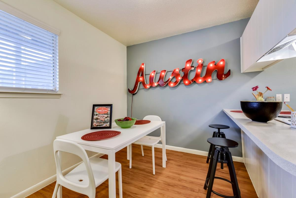Dining at Listing #140525